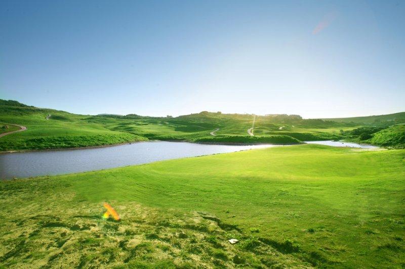 https://golftravelpeople.com/wp-content/uploads/2019/04/Alcaidesa-Golf-Club-Heathland-Course-4.jpg