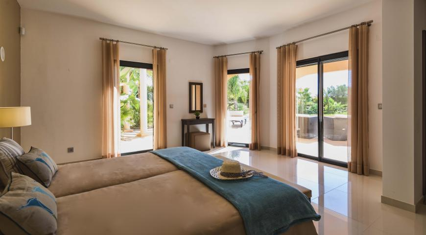 https://golftravelpeople.com/wp-content/uploads/2019/04/Amendoeira-Resort-4-bedroom-superior-villa-2.jpg