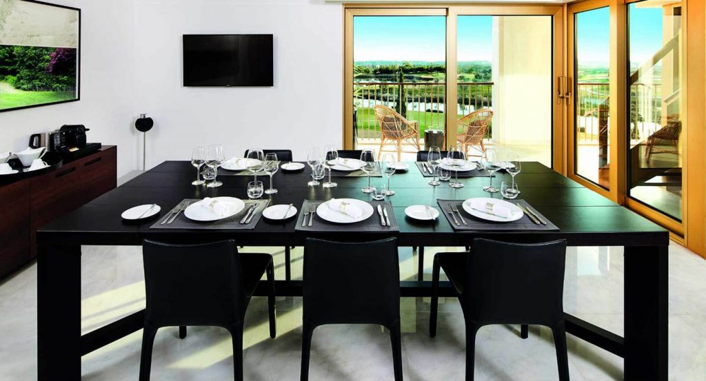 https://golftravelpeople.com/wp-content/uploads/2019/04/Anantara_Vilamoura_Presidential_Suite_Dining_Table-1024x553.jpg
