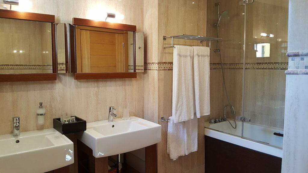 https://golftravelpeople.com/wp-content/uploads/2019/04/Cascade-Resort-Algarve-Bedrooms-Apartments-Villas-12-1024x576.jpg