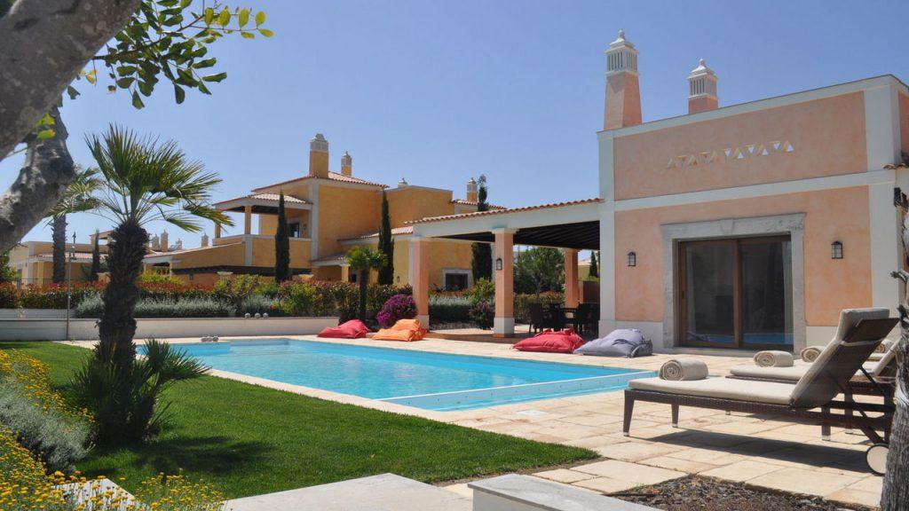 https://golftravelpeople.com/wp-content/uploads/2019/04/Cascade-Resort-Algarve-Bedrooms-Apartments-Villas-16-1024x576.jpg