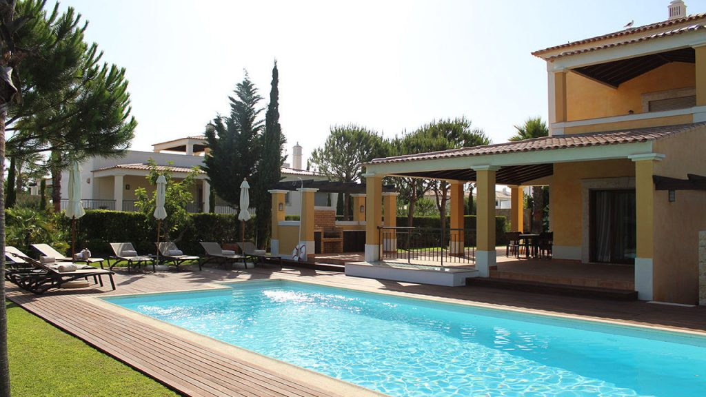 https://golftravelpeople.com/wp-content/uploads/2019/04/Cascade-Resort-Algarve-Bedrooms-Apartments-Villas-19-1024x576.jpg