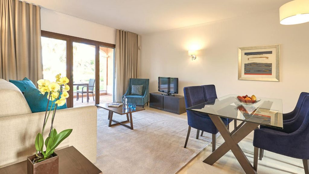 https://golftravelpeople.com/wp-content/uploads/2019/04/Cascade-Resort-Algarve-Bedrooms-Apartments-Villas-25-1024x576.jpg