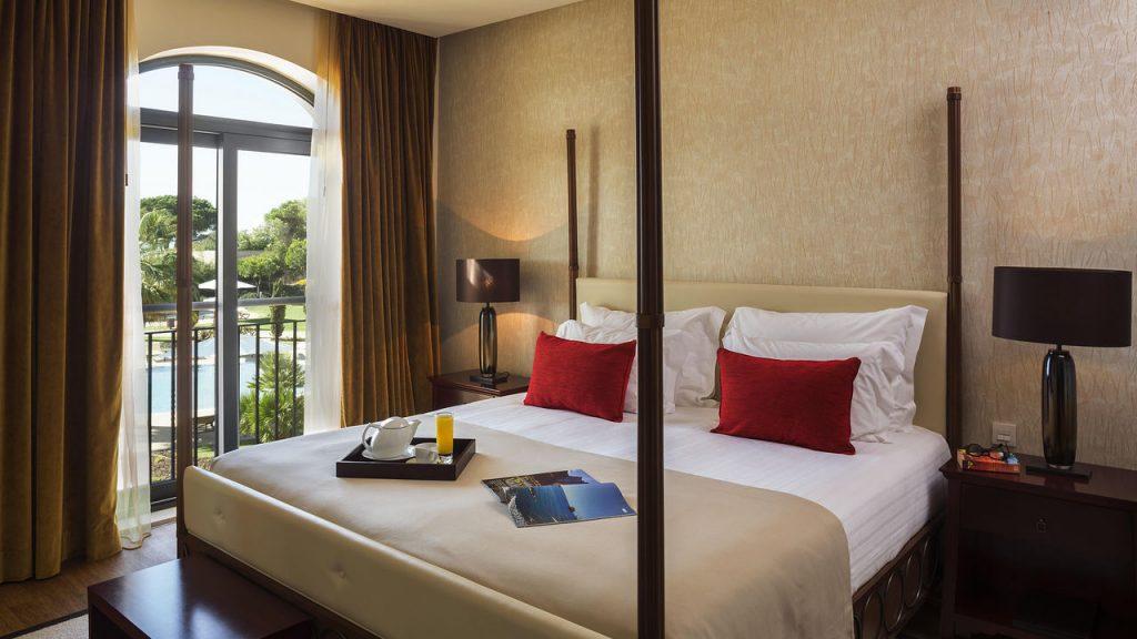 https://golftravelpeople.com/wp-content/uploads/2019/04/Cascade-Resort-Algarve-Bedrooms-Apartments-Villas-5-1024x576.jpg