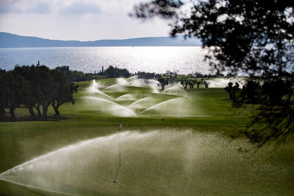 https://golftravelpeople.com/wp-content/uploads/2019/04/Costa-Navarino-Golf-Club-The-Bay-Course-14.jpg