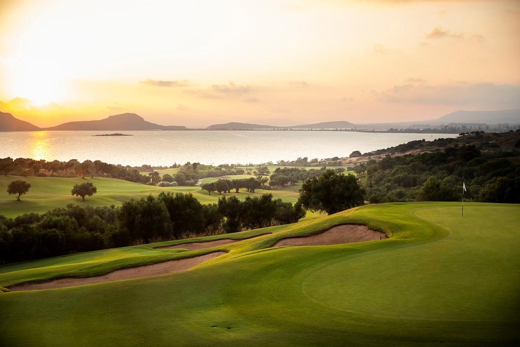 https://golftravelpeople.com/wp-content/uploads/2019/04/Costa-Navarino-Golf-Club-The-Bay-Course-18.jpg
