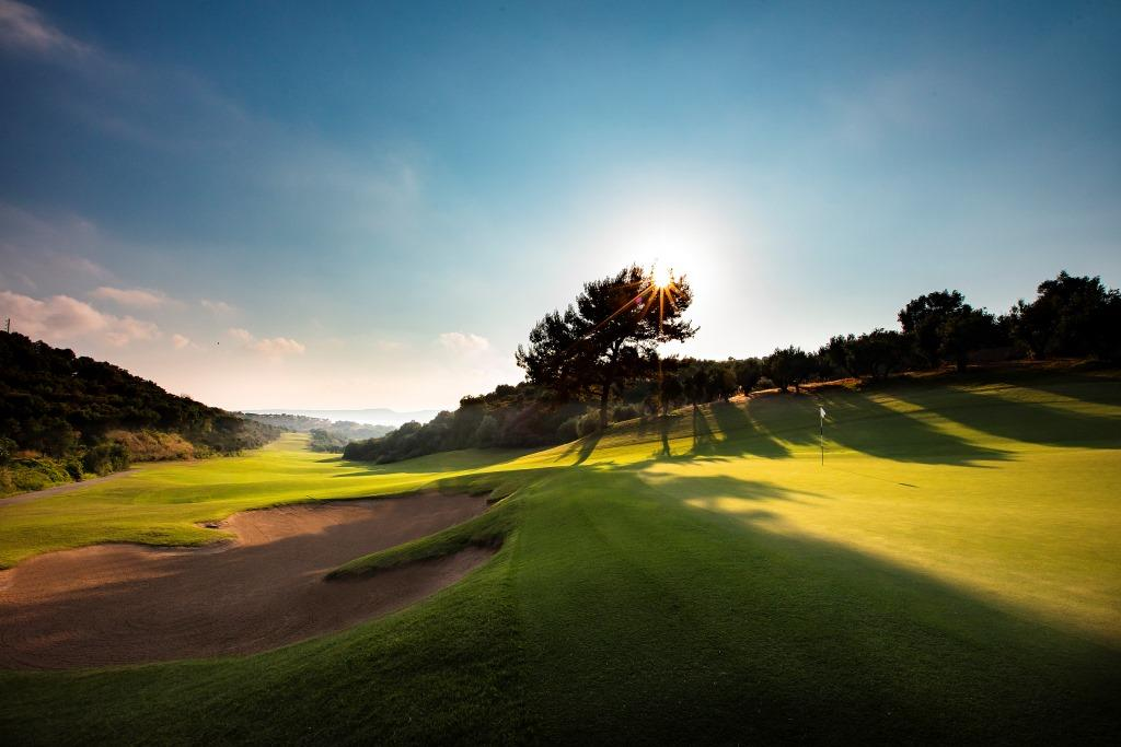 https://golftravelpeople.com/wp-content/uploads/2019/04/Costa-Navarino-Golf-Club-The-Bay-Course-19.jpg