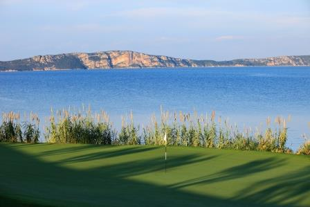 https://golftravelpeople.com/wp-content/uploads/2019/04/Costa-Navarino-Golf-The-Bay-Course-10.jpg