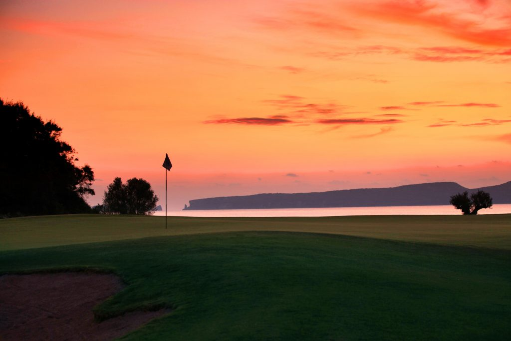 https://golftravelpeople.com/wp-content/uploads/2019/04/Costa-Navarino-Golf-The-Bay-Course-3-1024x683.jpg