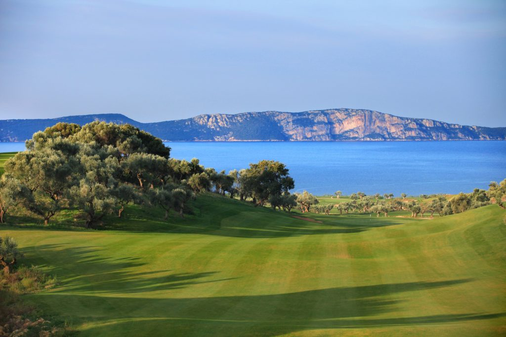 https://golftravelpeople.com/wp-content/uploads/2019/04/Costa-Navarino-Golf-The-Bay-Course-4-1024x683.jpg