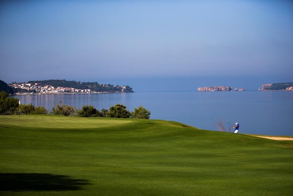 https://golftravelpeople.com/wp-content/uploads/2019/04/Costa-Navarino-Golf-The-Bay-Course-LowRes-1-1024x683.jpg