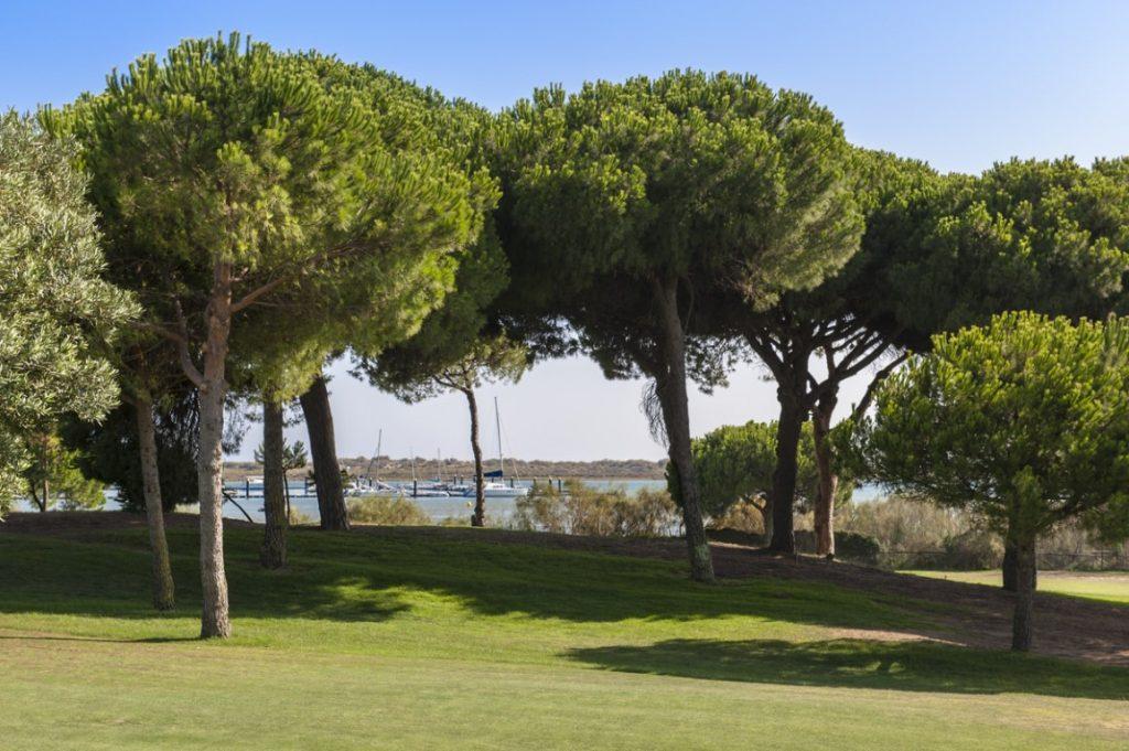 https://golftravelpeople.com/wp-content/uploads/2019/04/El-Rompido-Golf-Club-New-1-1024x681.jpg