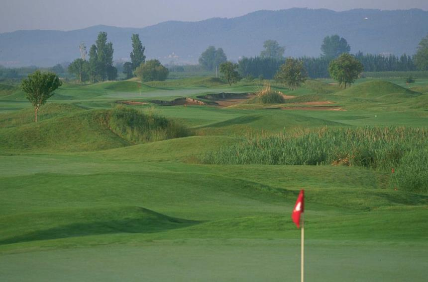 https://golftravelpeople.com/wp-content/uploads/2019/04/Emporda-Golf-Club-Links-Course-2.jpg