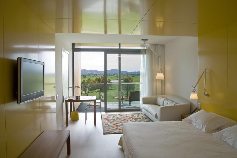 https://golftravelpeople.com/wp-content/uploads/2019/04/Emporda-Golf-and-Spa-Resort-Bedrooms-1.jpg