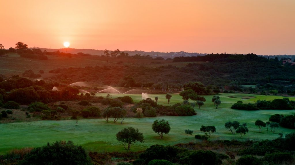 https://golftravelpeople.com/wp-content/uploads/2019/04/Espiche-Golf-Club-Lagos-Algarve-Portugal-3-1024x575.jpg