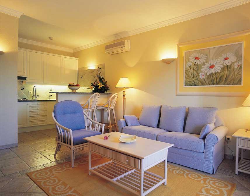 https://golftravelpeople.com/wp-content/uploads/2019/04/Formosa-Park-Apartments-3.jpg