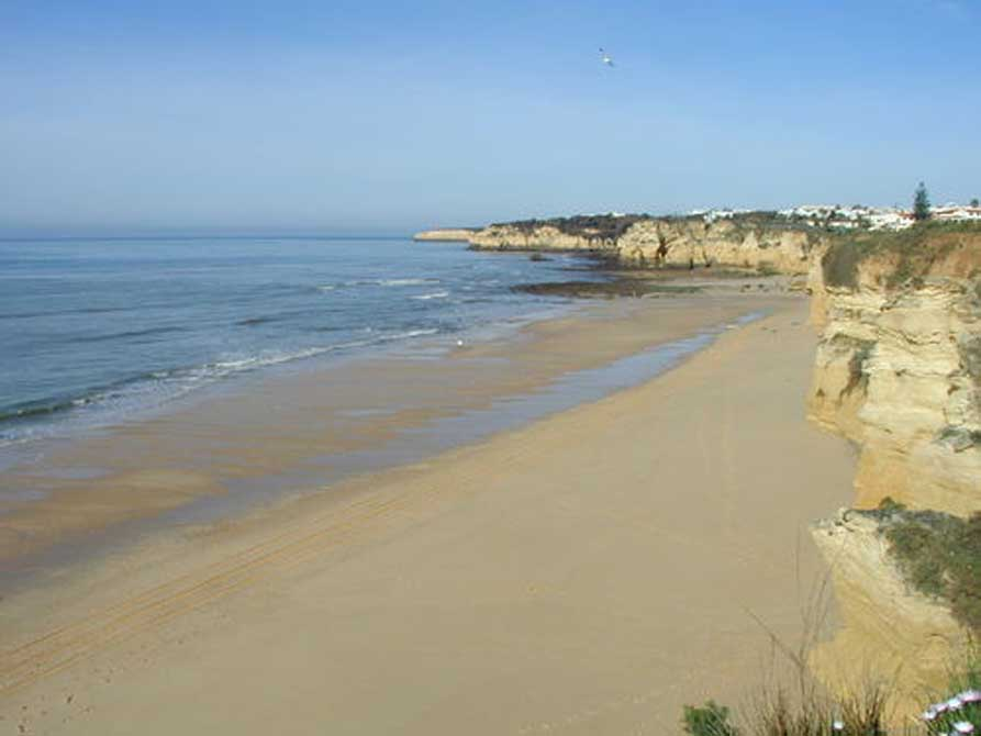 https://golftravelpeople.com/wp-content/uploads/2019/04/Holiday-Inn-Algarve-4.jpg