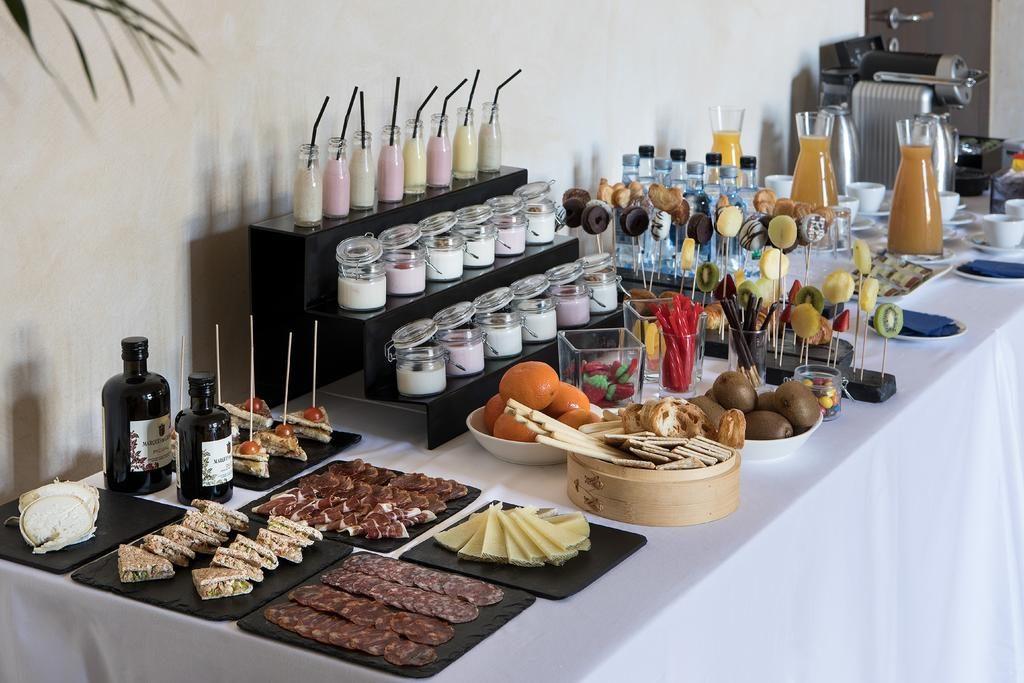 https://golftravelpeople.com/wp-content/uploads/2019/04/Hotel-Almenara-Sotogrande-23-1024x683.jpg