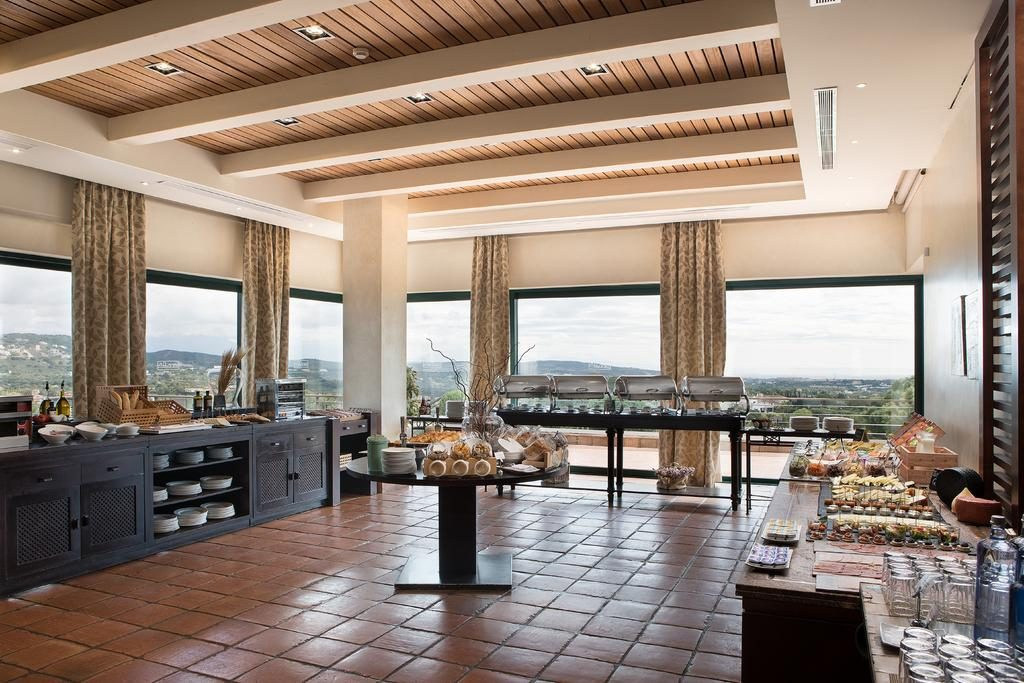 https://golftravelpeople.com/wp-content/uploads/2019/04/Hotel-Almenara-Sotogrande-5-1024x683.jpg