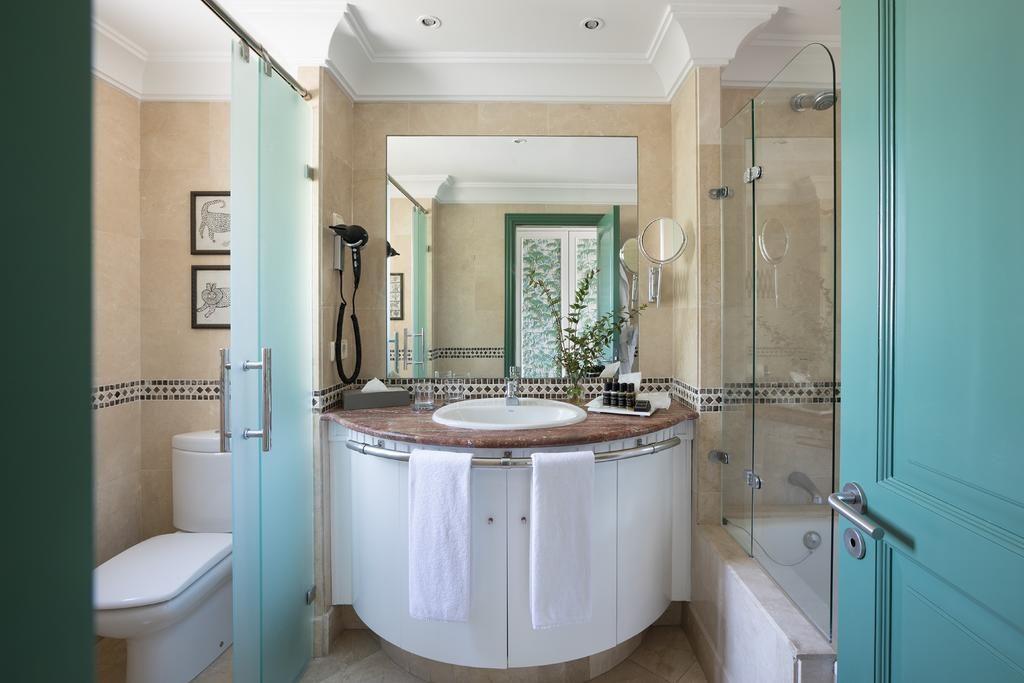 https://golftravelpeople.com/wp-content/uploads/2019/04/Hotel-Almenara-Sotogrande-Bedrooms-1-1024x683.jpg