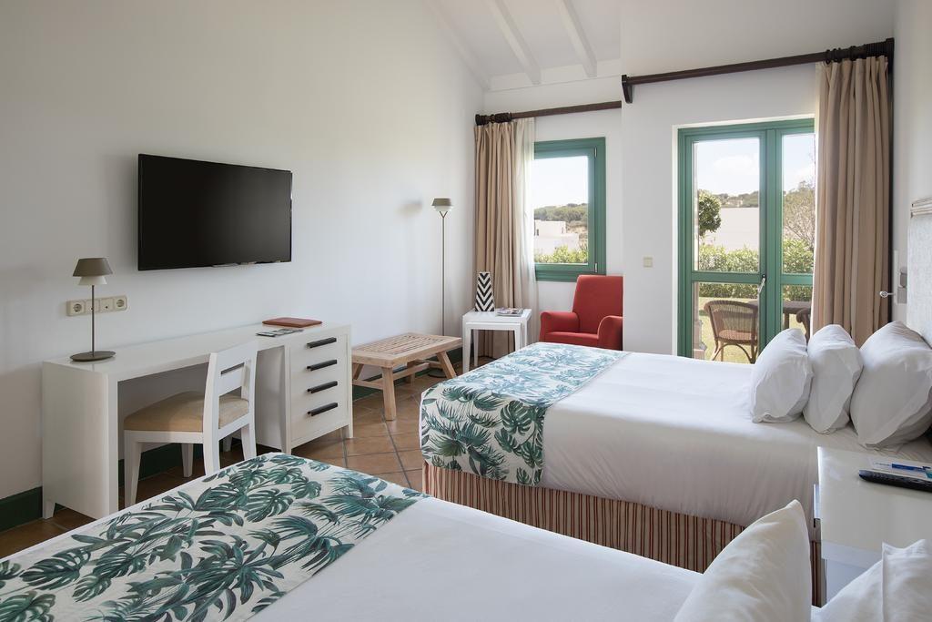 https://golftravelpeople.com/wp-content/uploads/2019/04/Hotel-Almenara-Sotogrande-Bedrooms-5-1024x683.jpg