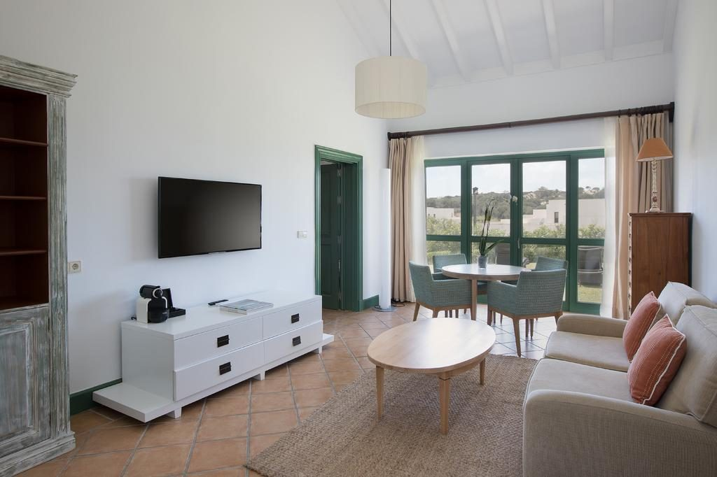 https://golftravelpeople.com/wp-content/uploads/2019/04/Hotel-Almenara-Sotogrande-Bedrooms-7-1024x682.jpg