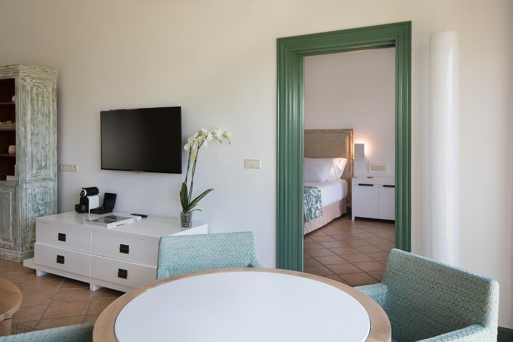 https://golftravelpeople.com/wp-content/uploads/2019/04/Hotel-Almenara-Sotogrande-Bedrooms-8-1024x683.jpg