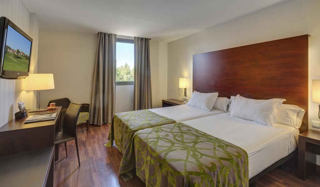 https://golftravelpeople.com/wp-content/uploads/2019/04/Hotel-Gran-Ultonia-Girona-Bedrooms-1.jpg
