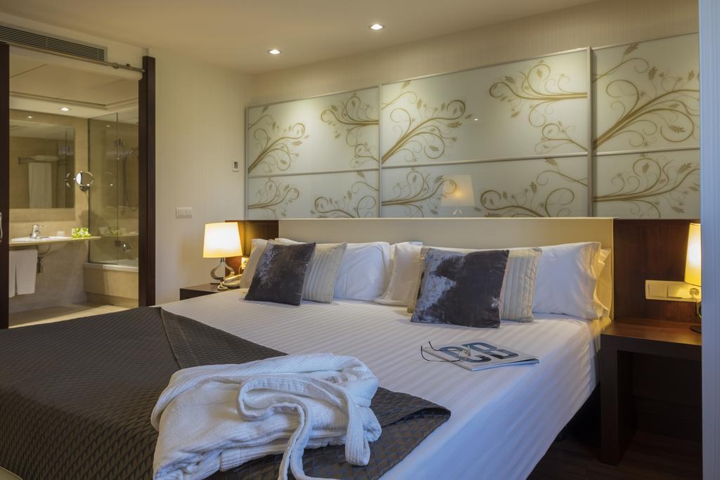 https://golftravelpeople.com/wp-content/uploads/2019/04/Hotel-Gran-Ultonia-Girona-Bedrooms-10.jpg