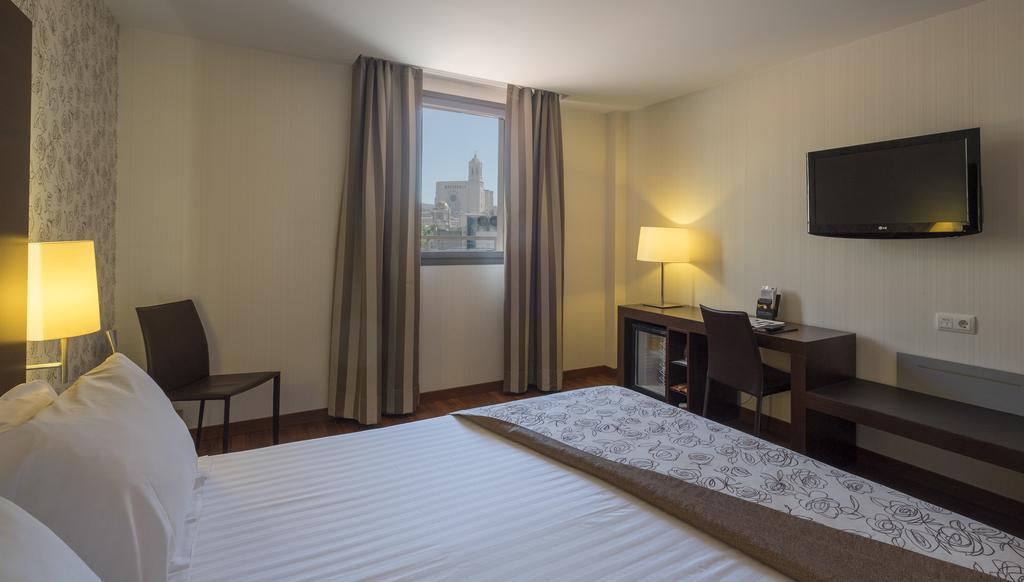 https://golftravelpeople.com/wp-content/uploads/2019/04/Hotel-Gran-Ultonia-Girona-Bedrooms-11.jpg