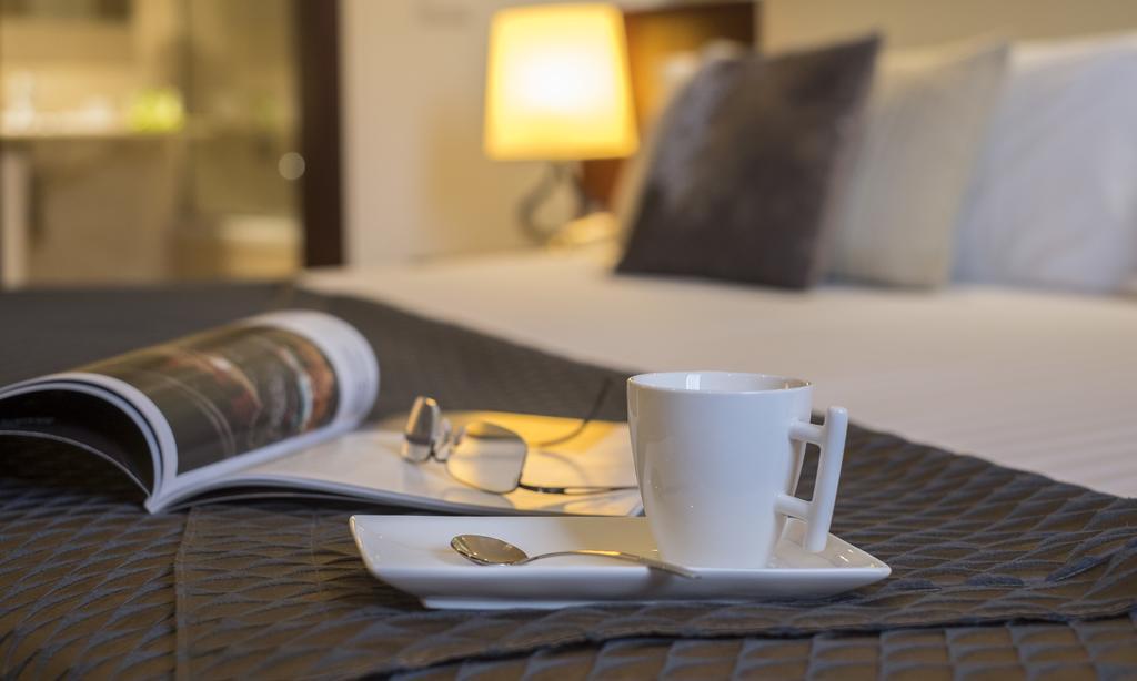 https://golftravelpeople.com/wp-content/uploads/2019/04/Hotel-Gran-Ultonia-Girona-Bedrooms-12.jpg