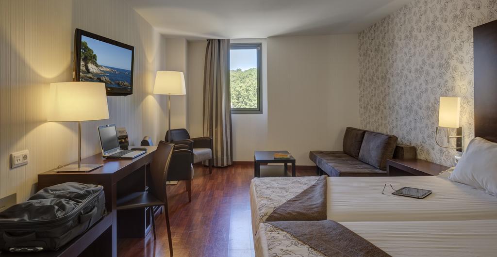 https://golftravelpeople.com/wp-content/uploads/2019/04/Hotel-Gran-Ultonia-Girona-Bedrooms-13.jpg