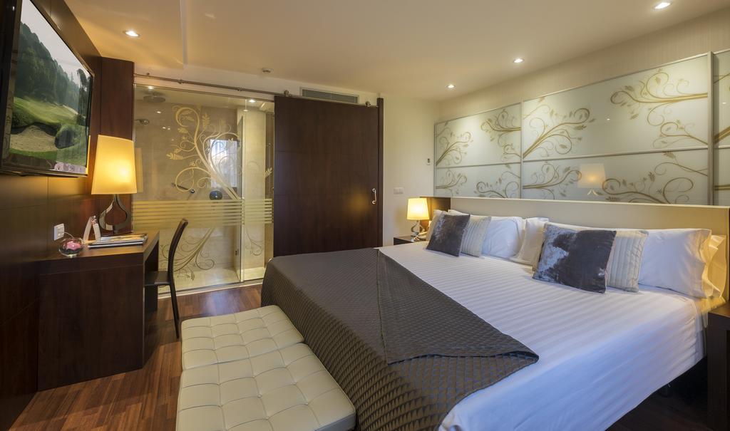 https://golftravelpeople.com/wp-content/uploads/2019/04/Hotel-Gran-Ultonia-Girona-Bedrooms-15.jpg