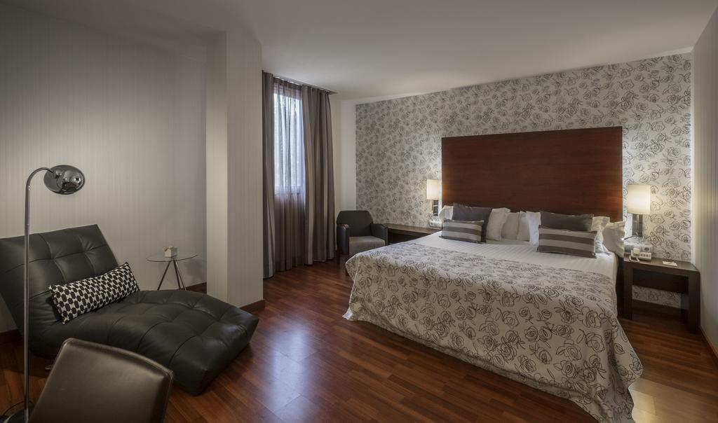 https://golftravelpeople.com/wp-content/uploads/2019/04/Hotel-Gran-Ultonia-Girona-Bedrooms-17.jpg