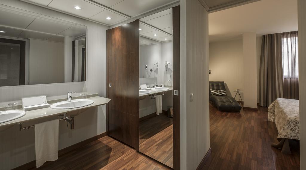 https://golftravelpeople.com/wp-content/uploads/2019/04/Hotel-Gran-Ultonia-Girona-Bedrooms-2.jpg