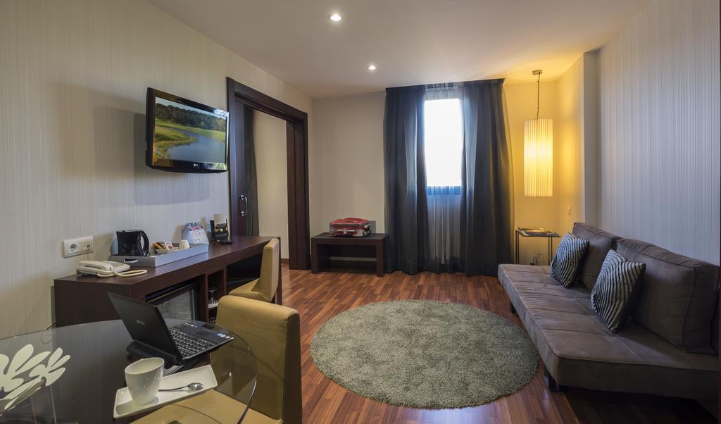 https://golftravelpeople.com/wp-content/uploads/2019/04/Hotel-Gran-Ultonia-Girona-Bedrooms-3.jpg