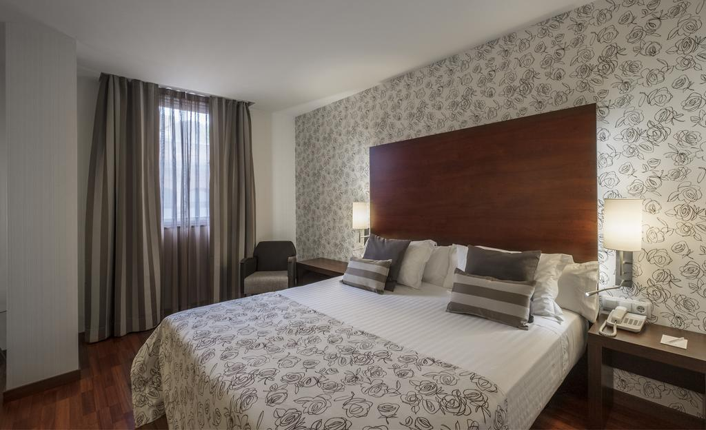 https://golftravelpeople.com/wp-content/uploads/2019/04/Hotel-Gran-Ultonia-Girona-Bedrooms-4.jpg