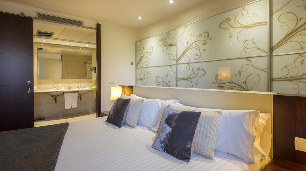 https://golftravelpeople.com/wp-content/uploads/2019/04/Hotel-Gran-Ultonia-Girona-Bedrooms-5.jpg