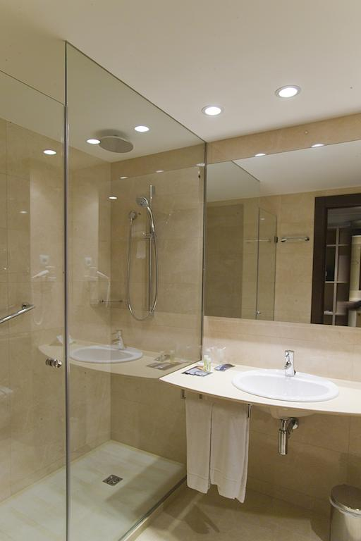 https://golftravelpeople.com/wp-content/uploads/2019/04/Hotel-Gran-Ultonia-Girona-Bedrooms-6.jpg