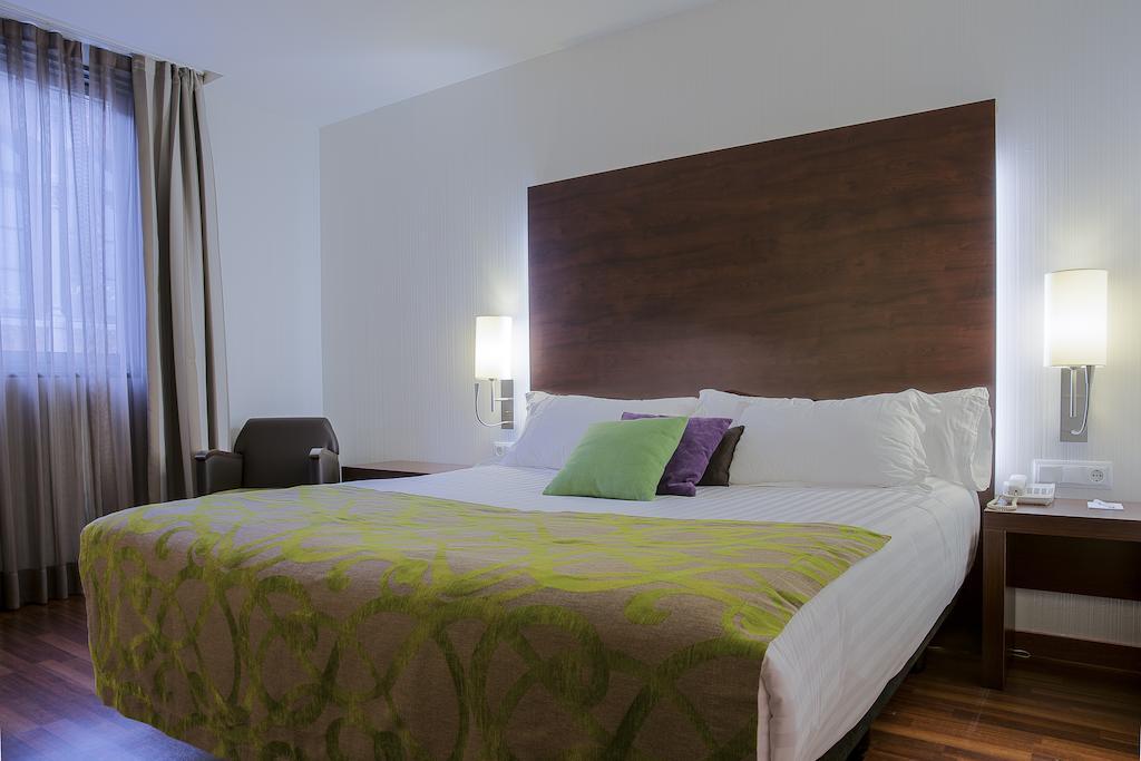 https://golftravelpeople.com/wp-content/uploads/2019/04/Hotel-Gran-Ultonia-Girona-Bedrooms-7.jpg