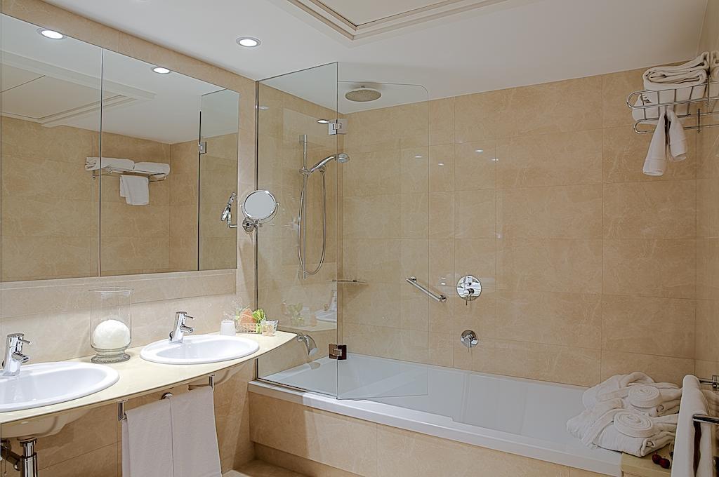 https://golftravelpeople.com/wp-content/uploads/2019/04/Hotel-Gran-Ultonia-Girona-Bedrooms-8.jpg
