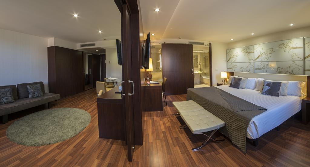 https://golftravelpeople.com/wp-content/uploads/2019/04/Hotel-Gran-Ultonia-Girona-Bedrooms-9.jpg