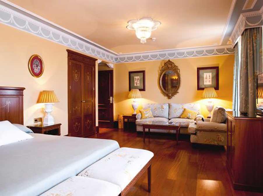 https://golftravelpeople.com/wp-content/uploads/2019/04/Hotel-Inglaterra-Seville-7.jpg