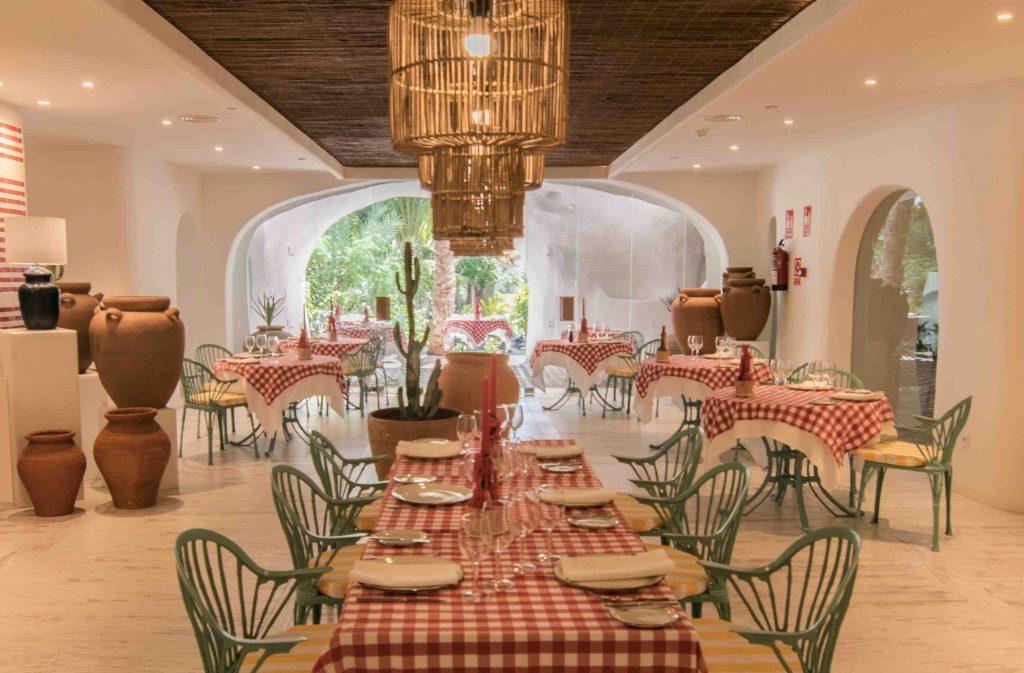 https://golftravelpeople.com/wp-content/uploads/2019/04/Hotel-Jardin-Tropical-Bars-Restaurants-comp-1-1024x673.jpg