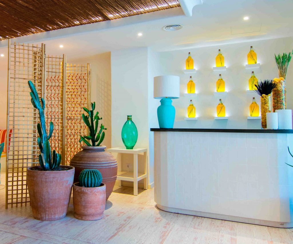https://golftravelpeople.com/wp-content/uploads/2019/04/Hotel-Jardin-Tropical-Bars-Restaurants-comp-20-1024x853.jpg