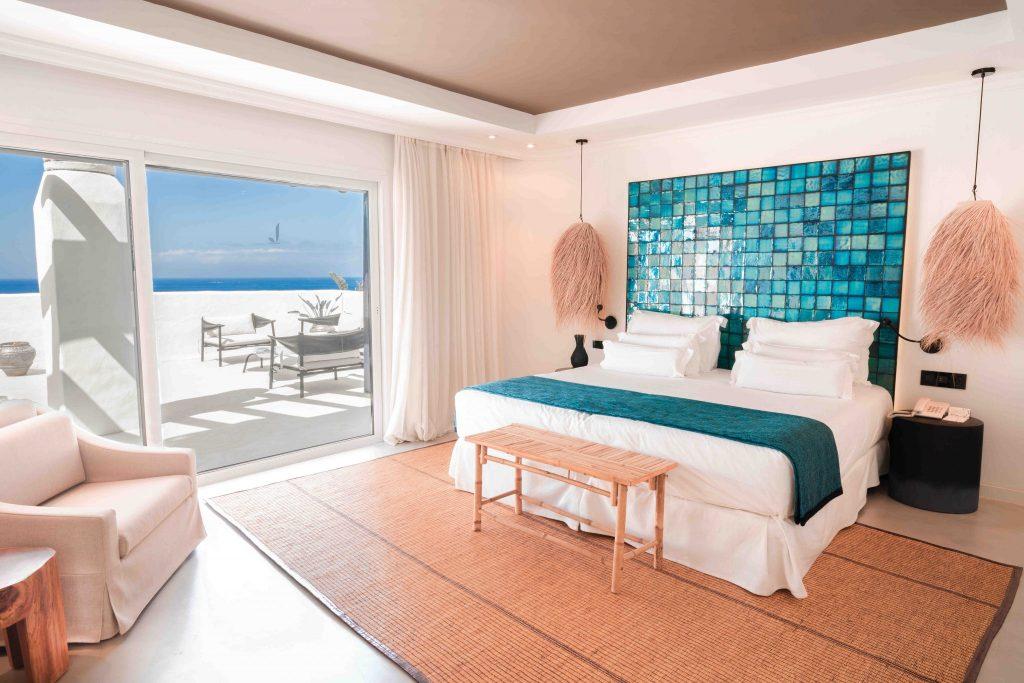 https://golftravelpeople.com/wp-content/uploads/2019/04/Hotel-Jardin-Tropical-Bedrooms-comp-2-1-1024x683.jpg
