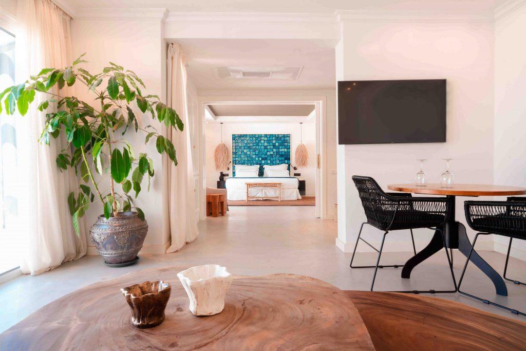 https://golftravelpeople.com/wp-content/uploads/2019/04/Hotel-Jardin-Tropical-Bedrooms-comp-6-1024x683.jpg