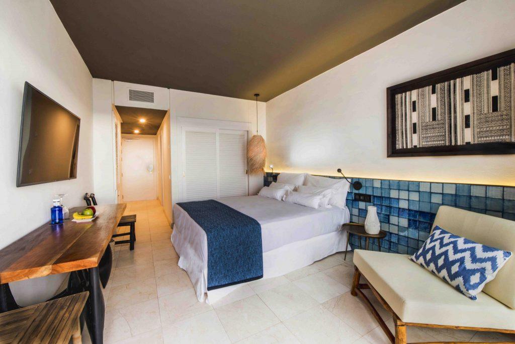 https://golftravelpeople.com/wp-content/uploads/2019/04/Hotel-Jardin-Tropical-Bedrooms-comp-8-1024x684.jpg