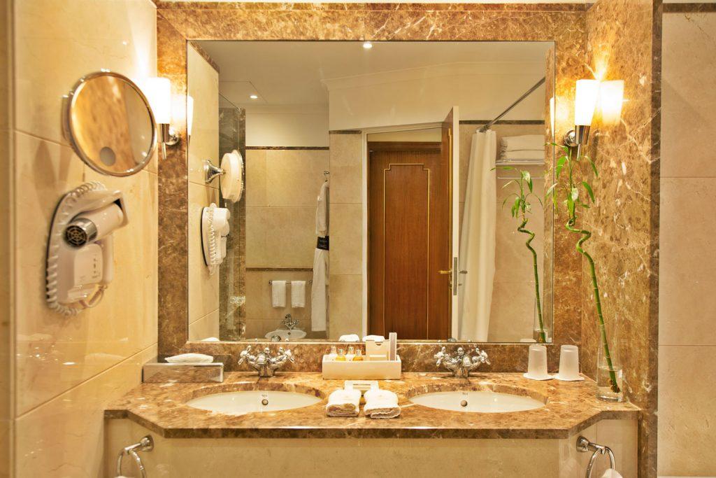 https://golftravelpeople.com/wp-content/uploads/2019/04/Hotel-Palacio-Estoril-Bedrooms-1-1024x683.jpg