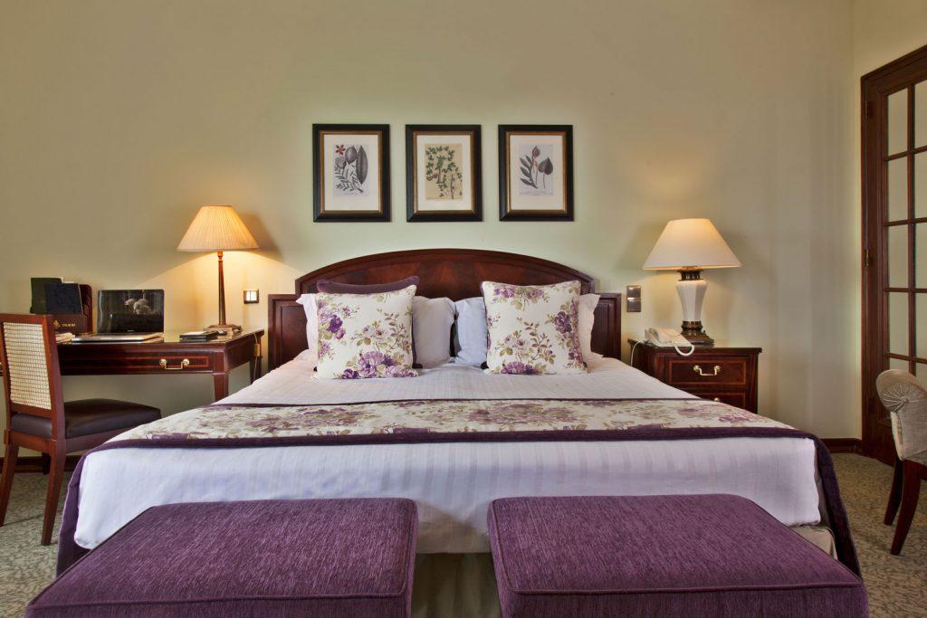 https://golftravelpeople.com/wp-content/uploads/2019/04/Hotel-Palacio-Estoril-Bedrooms-11-1024x683.jpg